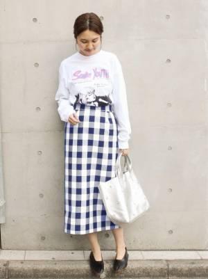 白のロゴスウェットにブルーギンガムのスカートのコーデ
