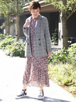テーラードジャケットとワンピースの春コーデ