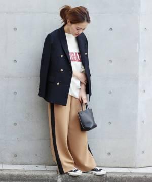 テーラードジャケットとラインパンツの春コーデ
