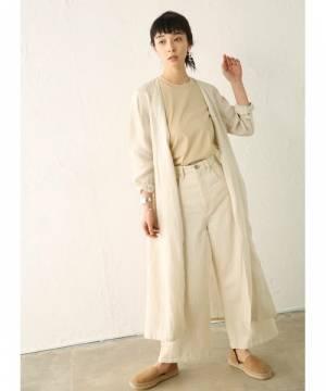 白パンツにリネンアウターを羽織った女性