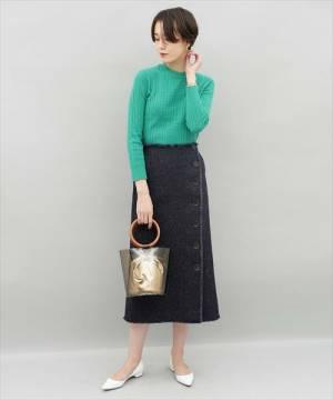 グリーンニットにデニムツイードスカートのコーデ