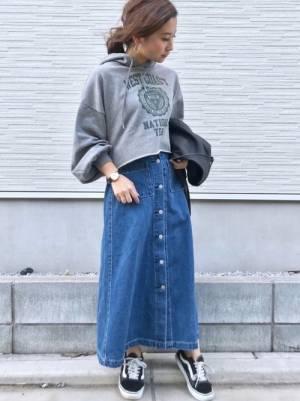 グレースウェットにデニムスカートを履いた女性