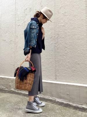 パーカーにタイトスカートを履きGジャンを羽織った女性