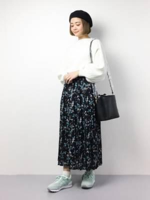 白トップスに花柄スカートにオニツカタイガーコーデ