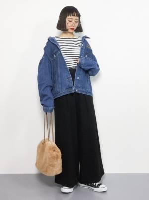 ボーダーシャツに黒のワイドパンツ、デニムジャケットを合わせたコーデ