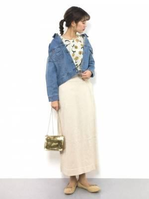 花柄トップスにライトベージュのニットスカート、デニムジャケットを羽織ったコーデ