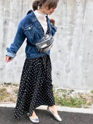 ドットスカートにデニムジャケットを着た女性