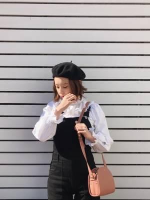 黒のベレー帽をかぶった伸ばしかけボブヘアの髪型の女性