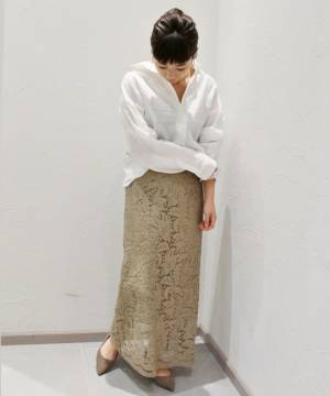 白リネンシャツにベージュタイトスカートのコーデ