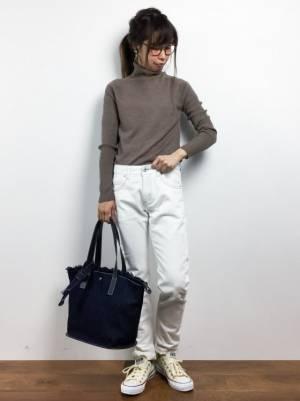 白パンツを着た女性
