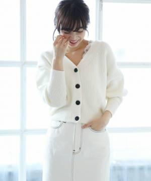 白スカートに白カーデの女性