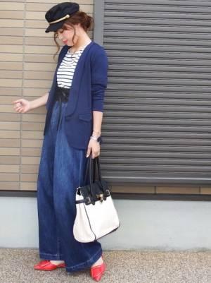 ボーダートップスに紺のジャケットを羽織り、ワイドデニムを合わせた女性