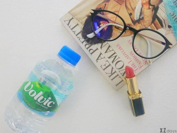 水とリップとメガネと本