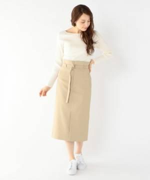 白のリブニットにベージュのタイトスカートを履いた女性