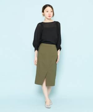黒のブラウスにカーキのタイトスカートを履いた女性