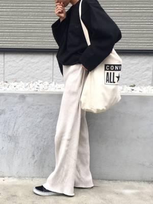 黒のスウェットに白のニットパンツを履いた女性