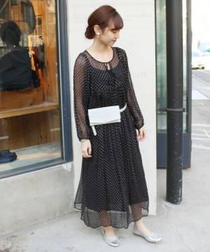 黒のドットワンピースを着た女性