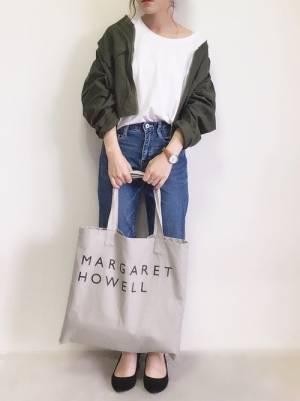 白いトップスにデニムを合わせてトートバッグを持った女性