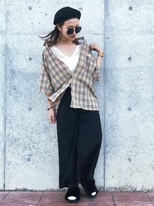 チェックシャツに黒パンツにサングラスのコーデ