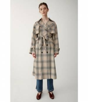バーバリーチェック風トレンチコートを着た女性
