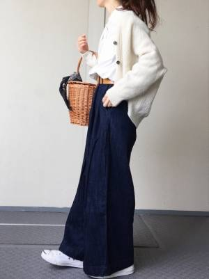 白シャツにベージュのショート丈カーデを羽織って、ワイドデニムを合わせた女性