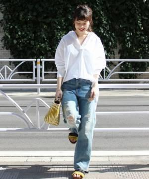 白シャツにダメージデニムを合わせた女性
