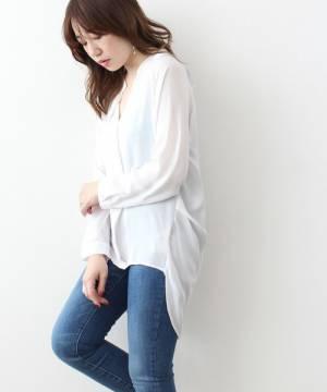 白のとろみシャツにデニムを合わせた女性