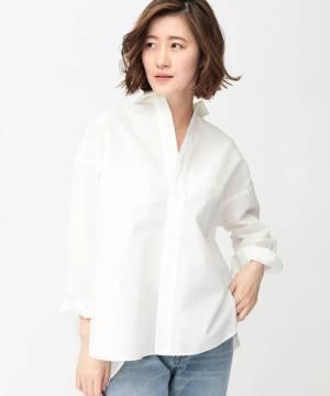 白シャツにデニムを合わせた女性