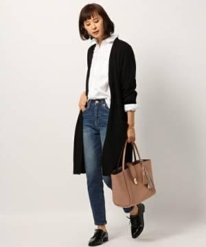 白シャツとデニムに黒のロングカーデを羽織った女性