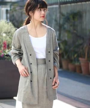 ジャケットのセットアップを着た女性