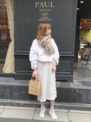 タイトスカートとベージュマフラーの春コーデ