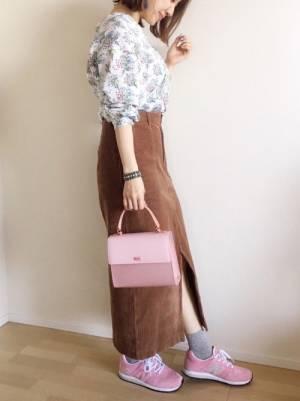 小花柄ブラウスにスウェードスカートにピンクのニューバランスコーデ