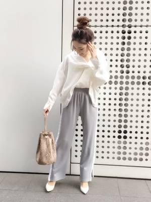 白のすきっぱーシャツにライトグレーのラインパンツ、パンプスを合わせたコーデ