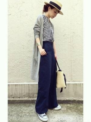 ギンガムチェックのシャツ、ネイビーのワイドパンツにグレーのロングカーディガンを着た女性