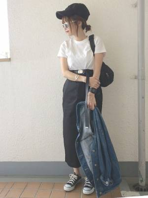 白TにペンシルスカートにGジャン手持ちに黒キャップのコーデ