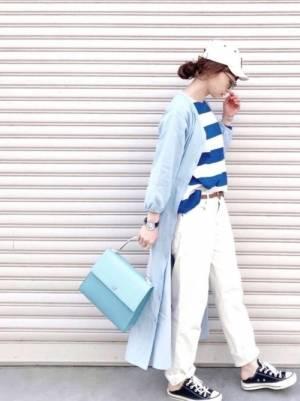 青×白のボーダートップスに白のパンツを合わせて、水色のワンピを羽織った女性