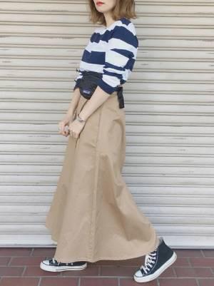 ネイビー×白の太ボーダーにチノスカートを合わせた女性