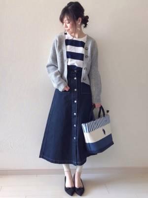 ネイビー×白の太ボーダーにフロントボタンのデニムスカートを合わせてグレーのショート丈カーデを羽織った女性