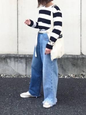 黒×白のボーダーTシャツにデニムを合わせた女性