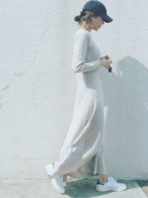 白のワンピースを着た女性