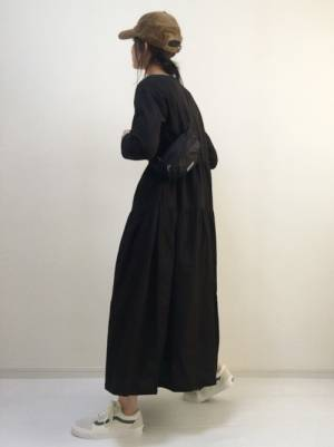 黒のワンピースを着た女性