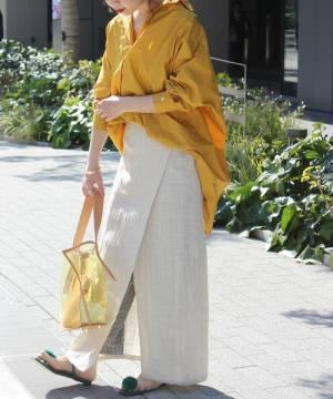 くすみイエローシャツにベージュスカートのコーデ