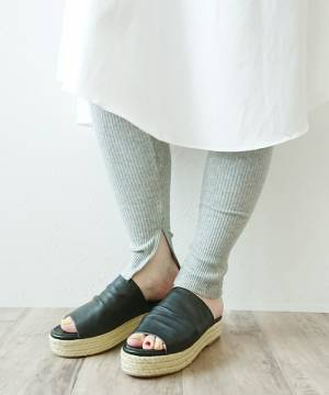 シャツワンピにグレーのリブレギンスを履いた女性