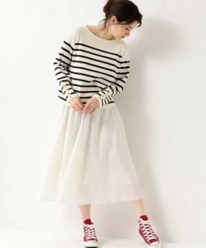 ボーダートップスに白のフレアスカートを履いた女性