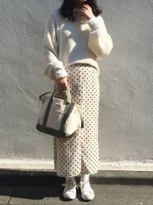 白ドットスカートにベージュスニーカーのコーデ