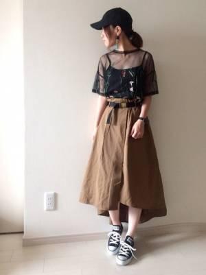 黒チュール刺繍トップスにブラウンスカートのコーデ