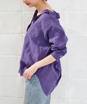 パープルのリネンシャツにデニムパンツのコーデ