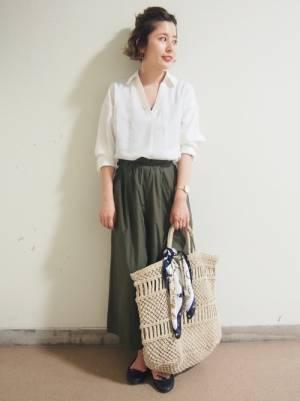 白のスキッパーシャツにカーキのスカートコーデ