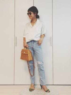 白の開衿シャツにクラッシュデニムパンツのコーデ