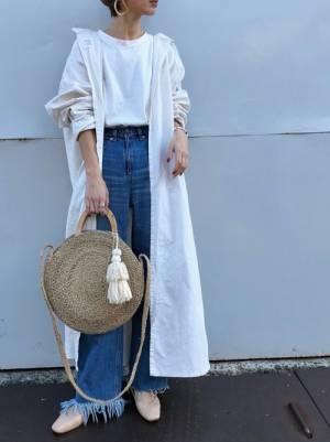 白のTシャツ、カットオフデニムに白のシャツワンピを羽織った女性